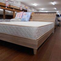 ビンテージ木目調のベッド