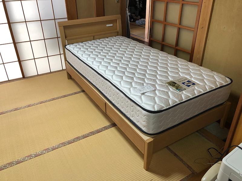 タモ材のシングルベッド