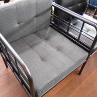 スチール枠の一人掛けソファー